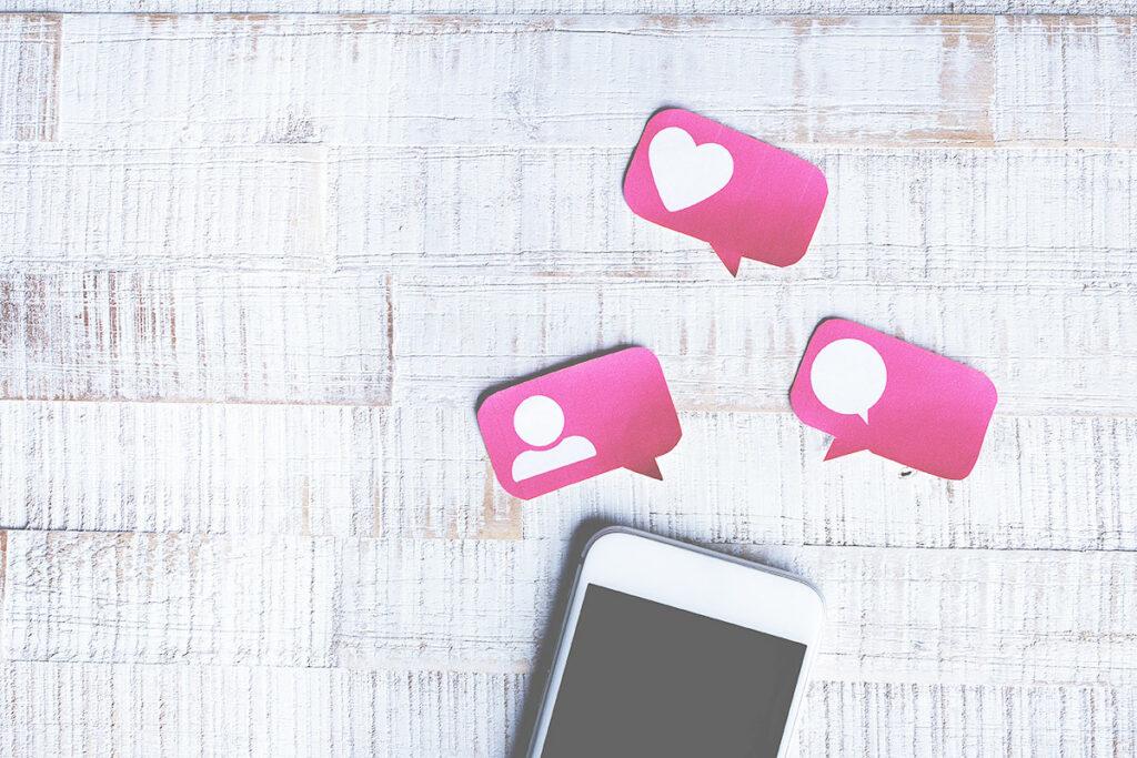 18h25 réseaux sociaux sur smartphone